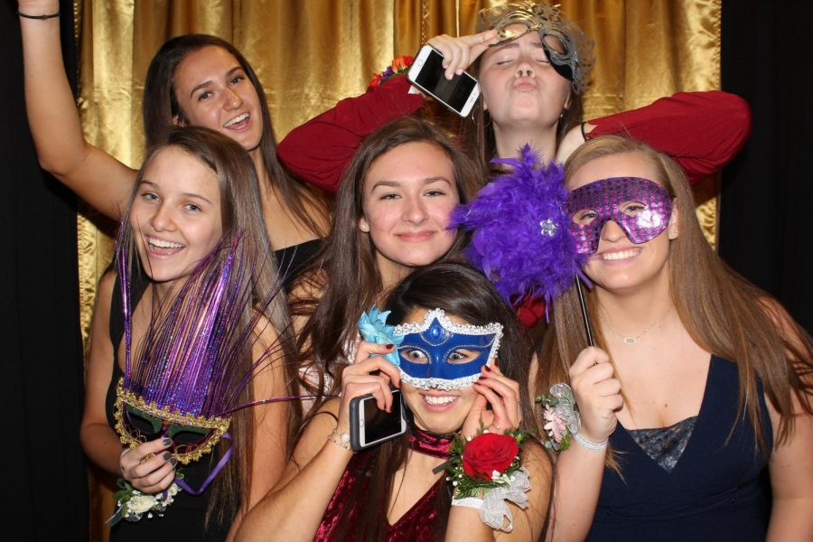 (Left to right) Sophomores Delaney Schieber, Shannon Sims, Rachel Martin, Mallory Kimes, Claudia Chipley, and Meghan Bostwick having a great time in the photo booth!